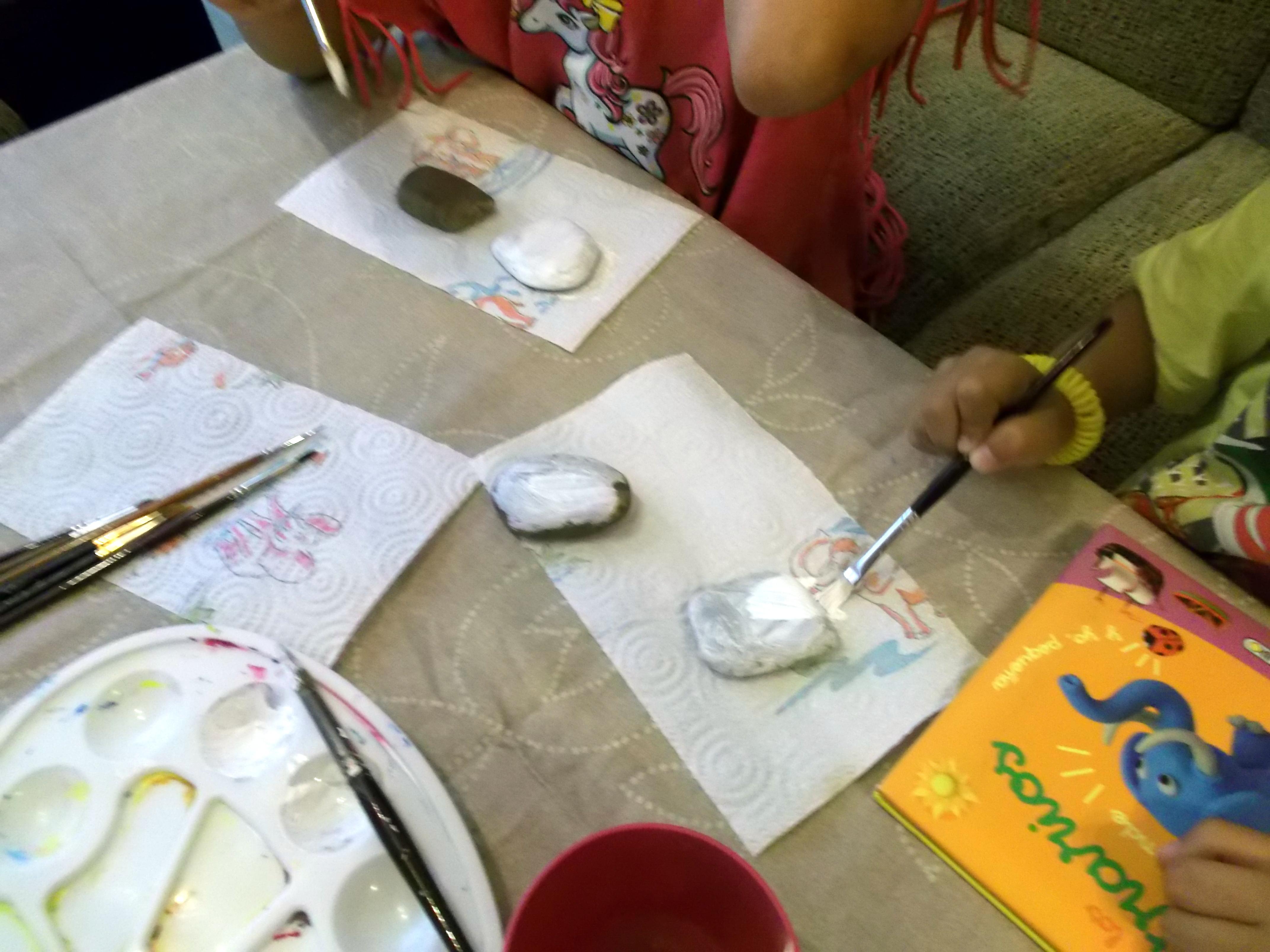 Pintando piedras del rio vivimos el arte en el estudio for Como pintar piedras