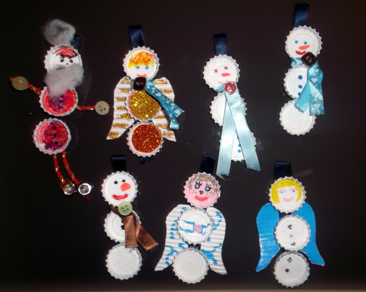 Manualidad navide a con chapas vivimos el arte en el estudio de cris - Adornos navidad reciclados para ninos ...