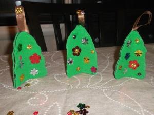 arboles de navidad con fieltro y lentejuelas