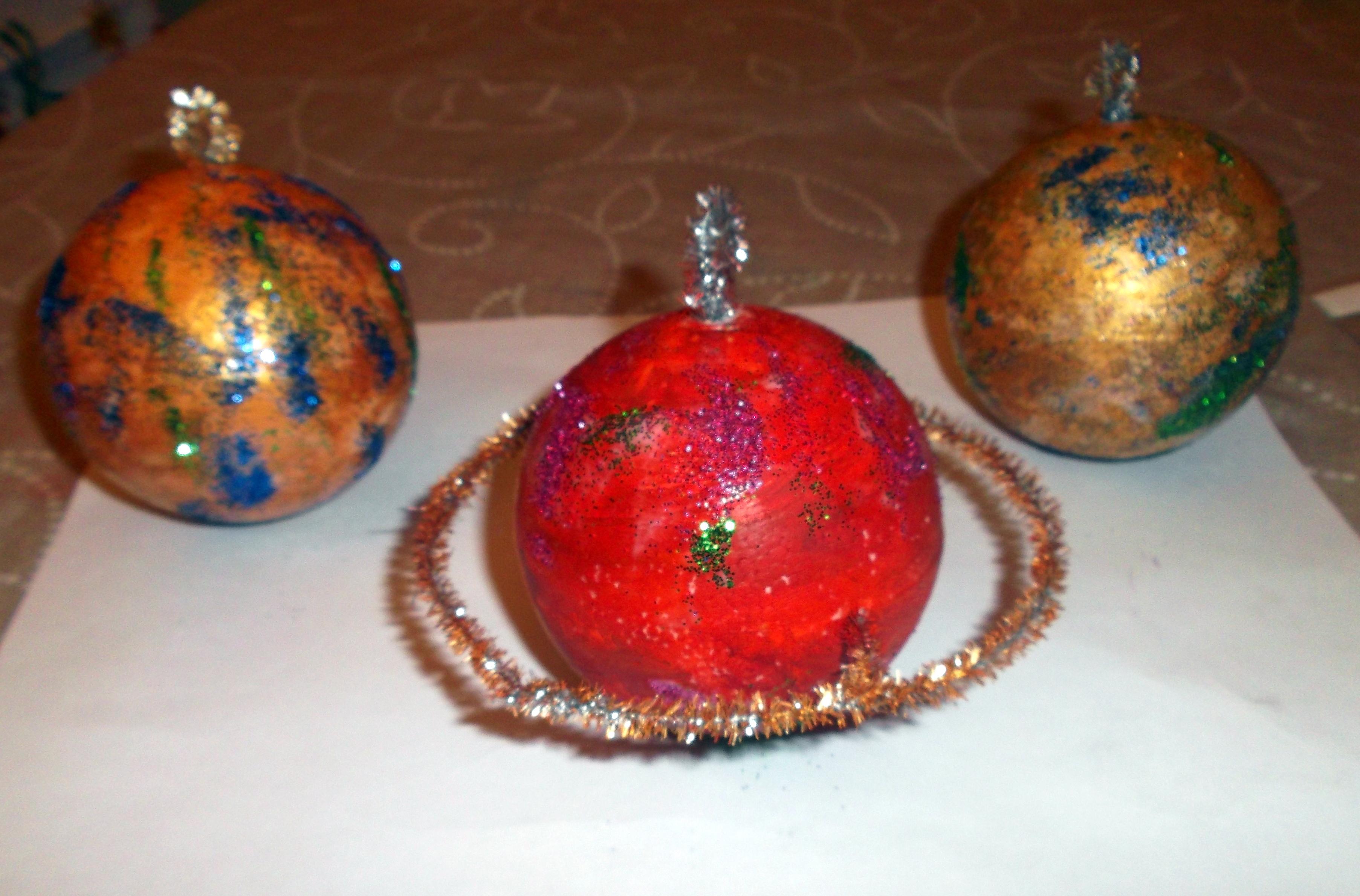 Hacer bolas de navidad vivimos el arte en el estudio de - Como decorar una bola de navidad ...