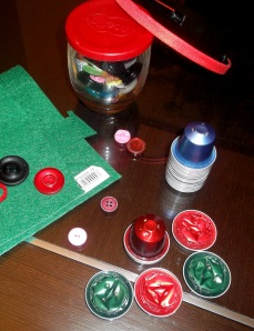 Diadema con capsulas nespresso, fieltro y botones
