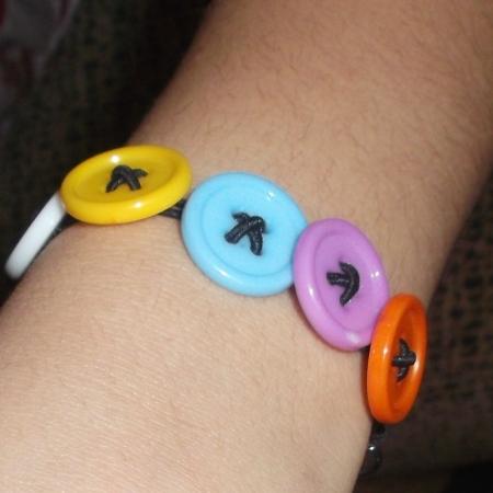 Pulsera con botones de colores