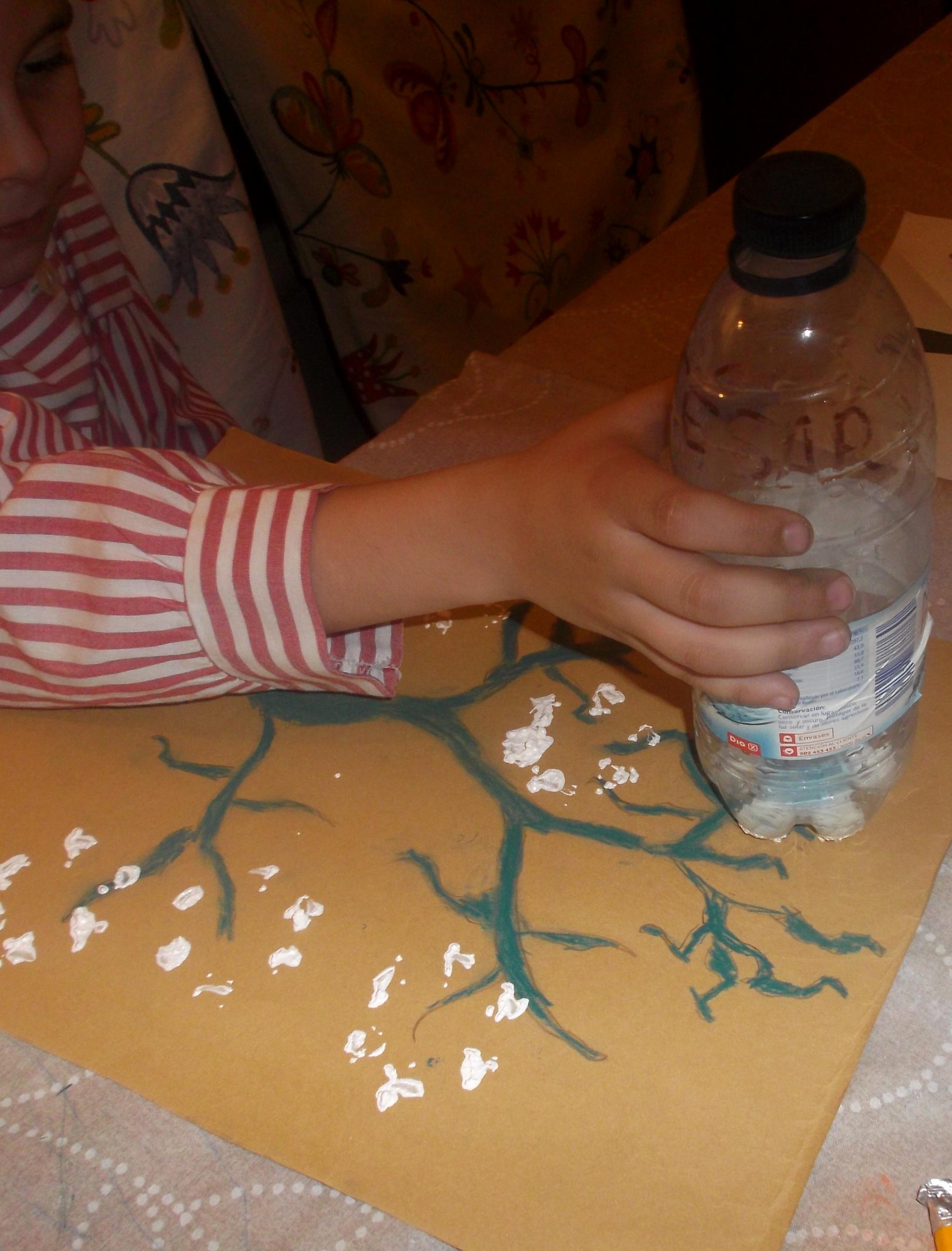 Pintar con una botella de plastico arte infantil en el - Pintar botellas de plastico ...