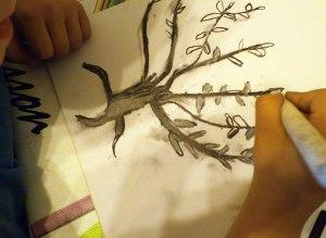 Arbol pintado en carboncillo por niños