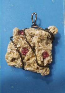 Colgante conchas marinas, alambre y resuna 2