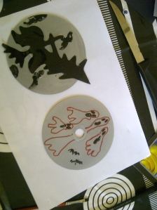 manualidad halloween arbol con murcielagos, arañas y cd reciclados 2