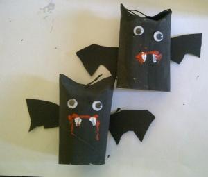manualidad halloween arbol con murcielagos, arañas y cd reciclados 3
