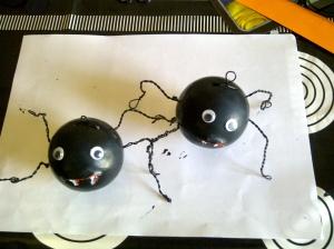 manualidad halloween arbol con murcielagos, arañas y cd reciclados 4