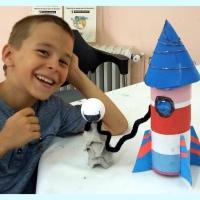COMO HACER UN COHETE ESPACIAL RECICLANDO TUBOS Y HUEVERAS - César, 7 años