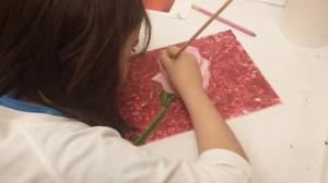 cuadro de rosa pintado con espatula por niña